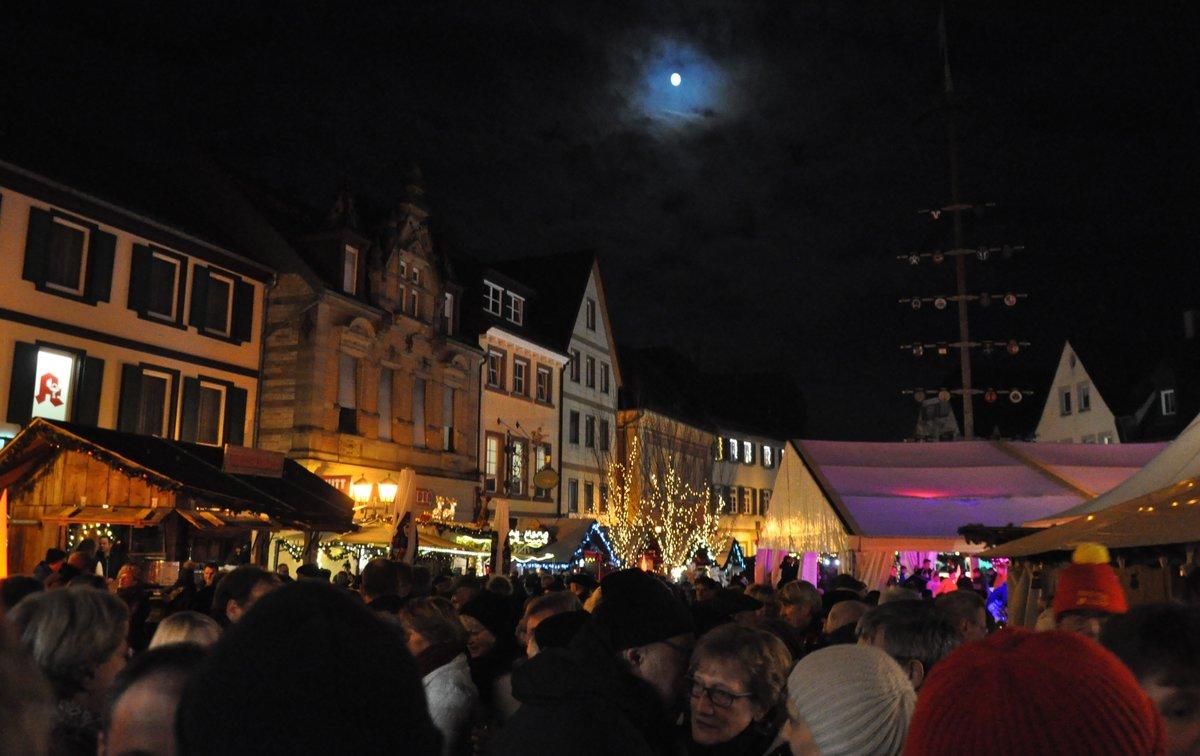 Stände Weihnachtsmarkt.Glühwein Und Mandelduft Vor Historischer Kulisse Brettener